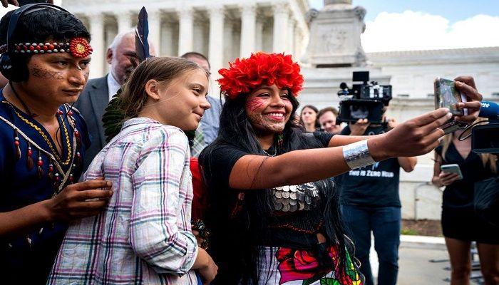 Climate activist Greta Thunberg poses for a selfie with Panamanian climate activist Militza Flaco outside the US Supreme Court in Washington. Photo: JIM LO SCALZO