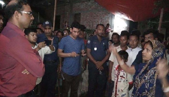 At least ten Awami League leaders and activists were injured in an attack by a rival faction in Sonargaon upazila of Narayanganj. In this image, Sonargaon Upazila Nirbahi Officer Anjan Kumar is seen visiting the area where the idols were vandalised. Photo: Collected
