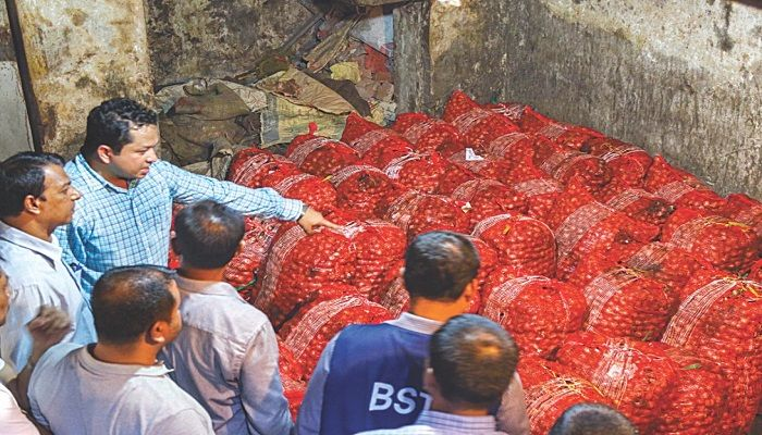 A mobile court, led by an executive magistrate of the Chattogram district administration, inspects a wholesale onion shop in the port city's Khatunganj yesterday. The magistrate warned traders not to sell onion at excessive prices. The essential cooking ingredient was selling between Tk 90 and Tk 100 a kg at wholesale yesterday. Photo: Collected