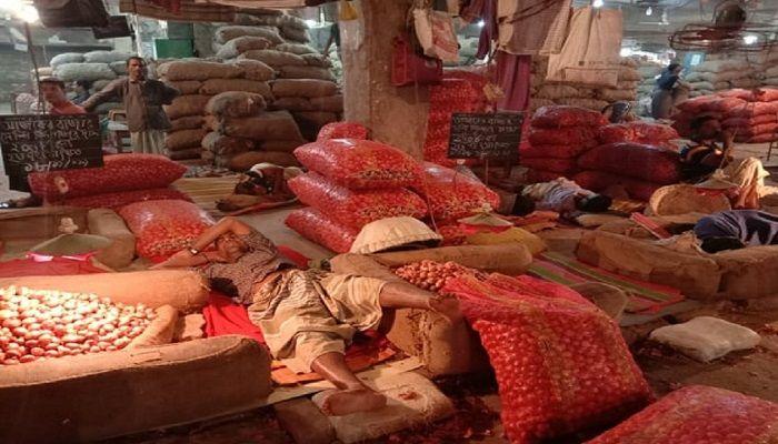 Onion traders sleeping at Karwanbazar wholesale market for lack of buyers on Nov 18, 2019. Photo: UNB