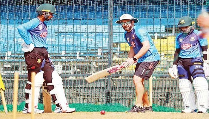 Bangladesh batting coach Neil McKenzie (C) gives some tips to Mahmudullah (L) and Mushfiqur Rahim during a training session in Indore on Tuesday. — BCB photo