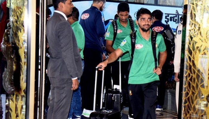 Bangladesh Test captain Mominul Haque and Twenty20 captain Mahmudullah arrive at their team hotel in Indore, India on Monday. — BCB photo