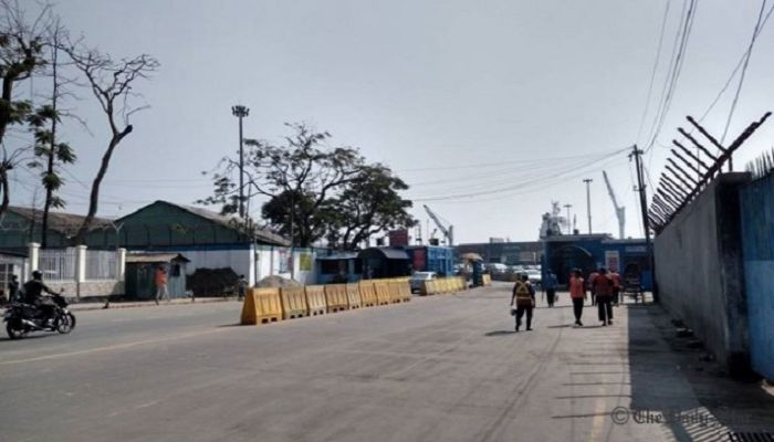 Very few vehicles are seen at the port gate owing to the work abstention by a section of transport owners and workers whereas on usual days the line stretches for miles. Photo: Collected