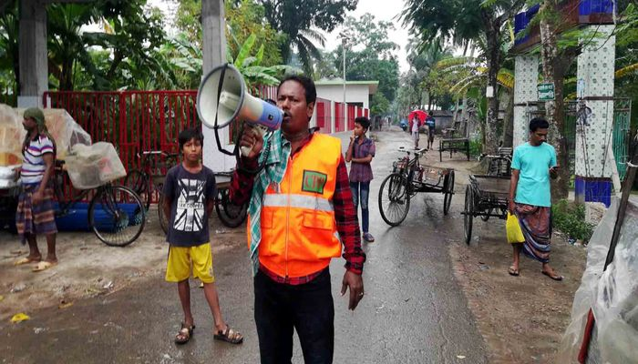 A volunteer of Cyclone Preparedness Programme (CPP) announces over loud speaker at Sarankhola upazila in Bagerhat on Friday afternoon, Nov 08, 2019. Photo: Collected
