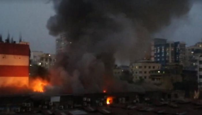 Smoke billows from the Dhaka`s Rajdhani Super Market after a fire broke out on Wednesday (Nov 20)   Photo: Collected