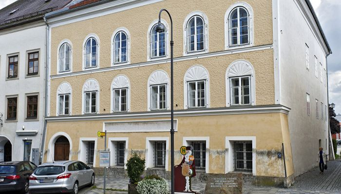 This picture shows an exterior view of Adolf Hitler's birth house, front, in Braunau am Inn, Austria. Photo: AP