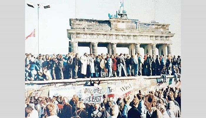 The fall of the Berlin Wall, 1989›… the Brandenburg Gate. Photo: Collected