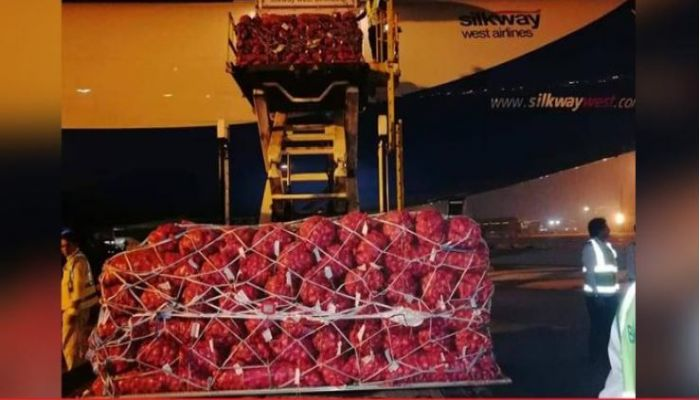 Airlifted onion from Pakistan lands in Dhaka