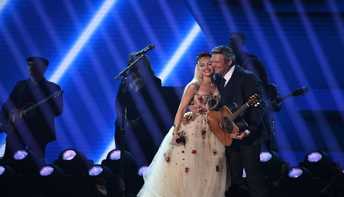 Blake Shelton and Gwen Stefani hug after their performance. Photo: Collected from AFP