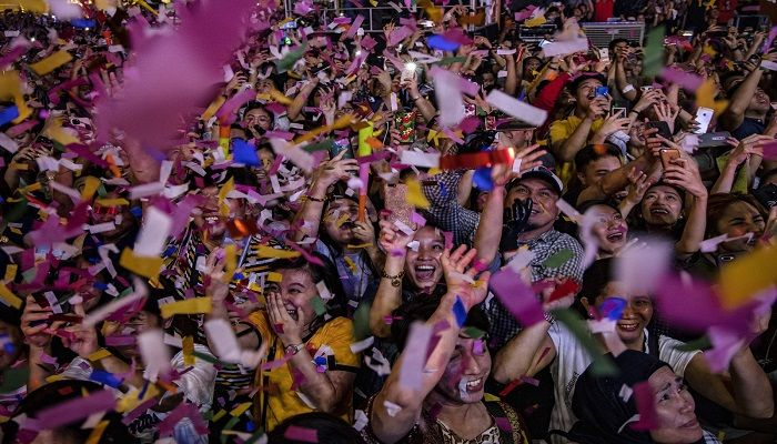 Revelers ring in the new year at a mall in Manila, Philippines. Photo: Getty Images