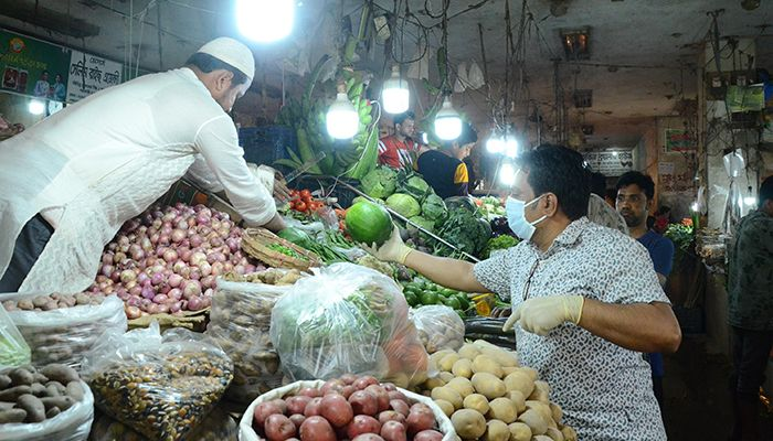 The price of daily commodities including vegetables has increased fractionally in the wake of Corona. The photo was taken from Segunbagicha in the capital. Photo: Star Mail