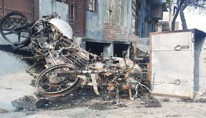 There are burnt bikes, scooters, rickshaws all over the streets of north-east Delhi. Photo: DW