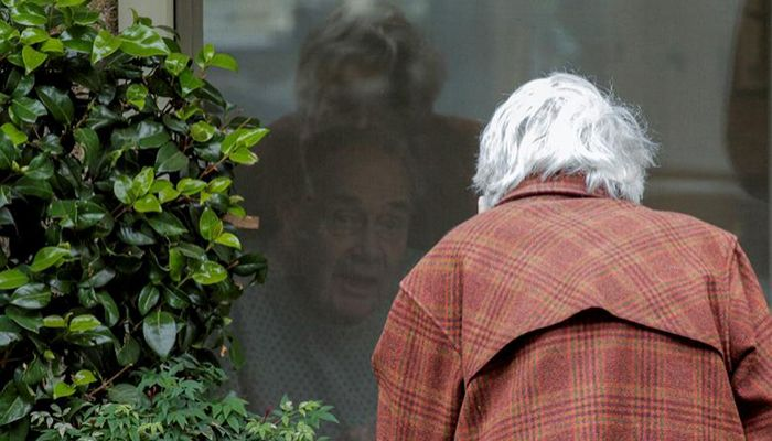 Gene Campbell talks through a window with Dorothy Campbell, his wife of more than 60 years, at the Life Care Center of Kirkland, in Kirkland, Washington, March 5, 2020. At least 19 people have died of coronavirus at the long-term care facility. Photo: Collected from Reuters