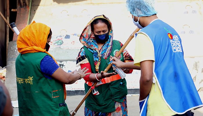 While the number of coronavirus infected patients is increasing in Bangladesh, the Bidyananda Foundation volunteers are spreading germs in the capital. This photo was taken from the Gabtali bus terminal area yesterday. Photo: Star Mail