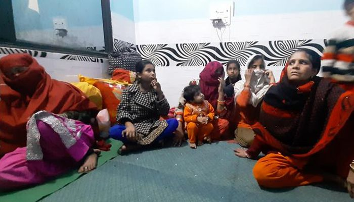 Stranded people of the area are kept in small groups. Hindu and Muslim are all there together. Photo: DW