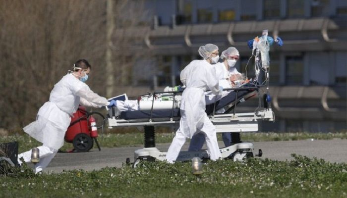 A victim of the Covid-19 virus is evacuated from the Mulhouse civil hospital, eastern France, Monday March 23, 2020. Photo: Collected from AP