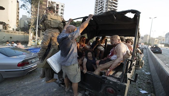 Injured people are evacuated from the destruction scene. Photo: Collected from AP