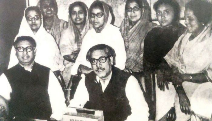 Sheikh Mujibur Rahman listens to the results of the 1970 elections on the radio with Tajuddin Ahmed and seven women leaders of the Awami League || Photo: BBC Bangla