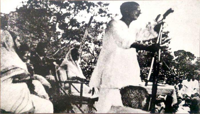 Sheikh Mujibur Rahman addressing a public meeting organized by Awami Muslim League in May 1953 at Armanitola Maidan || Photo: BBC Bangla