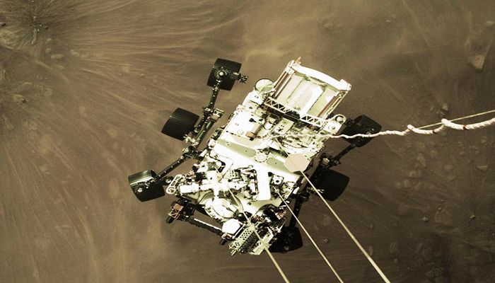 Remarkable Photo of Mars Rover during Landing