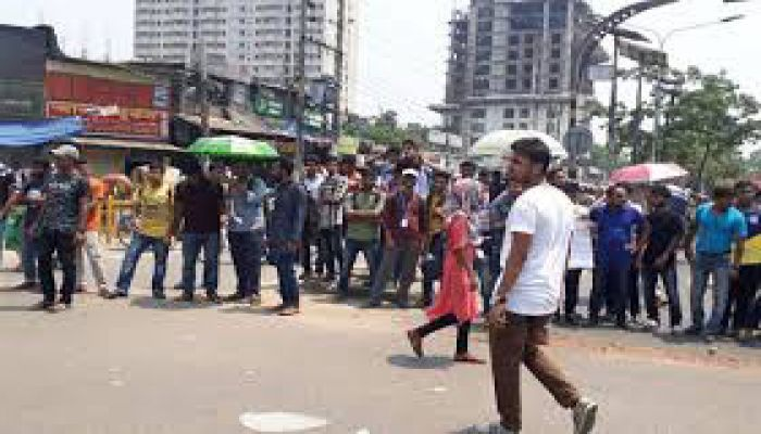 Students of 7 DU Affiliated Colleges Block Nilkhet Intersection