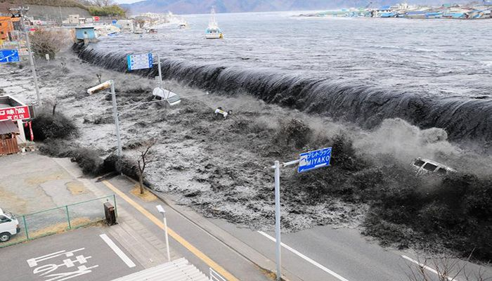 A wave approaches Miyako City from the Heigawa estuary in Iwate Prefecture after the magnitude 8.9 earthquake struck the area, March 11, 2011. Photo: Collected from Reuters