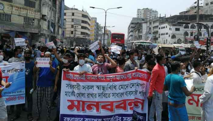 Gulistan shop owners block roads protesting lockdown. || Photo: Collected