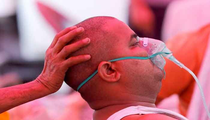A man with a breathing problem receives oxygen support for free at a Gurudwara (Sikh temple), amidst the spread of coronavirus disease (COVID-19), in Ghaziabad, India, May 3, 2021. Photo: REUTERS