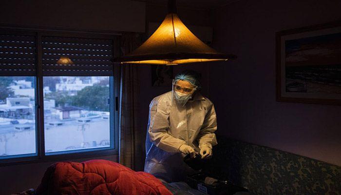 (Montevideo, Uruguay) Doctor Carolina Moreira checks a Covid-19 patient at his home in Montevideo. || Photograph: Matilde Campodonico/AP