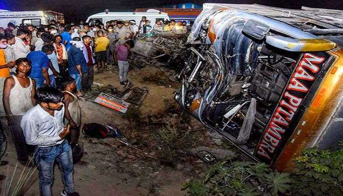 A bus traveling collided with a three-wheeler light carriage truck at Sachendi locality in Uttar Pradesh's Kanpur of India. || Photo: Collected