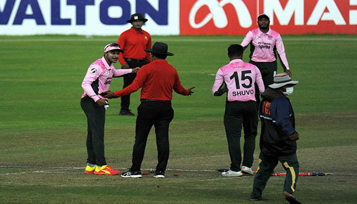 Shakib argues with the umpire. Photo: Collected
