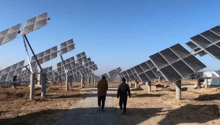 Workers walk at a solar power station in Tongchuan, Shaanxi province, China December 11, 2019 ||Photo: REUTERS