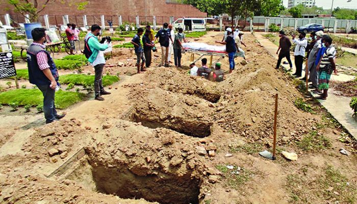 Gravediggers Struggling to Dig Graves due to The Stench of Fresh Corpses