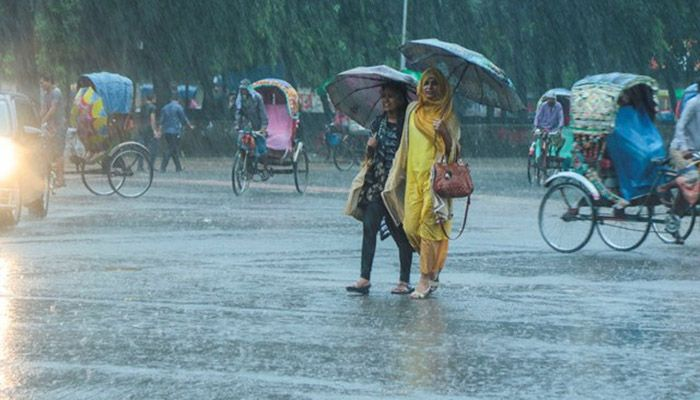 Girls walk through the street during rainy day || Photo: Collected