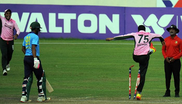 Shakib Al Hasan argued for a leg before, but the umpire ruled not out. then Shakib kicked the stumps in frustration. Photo: Collected