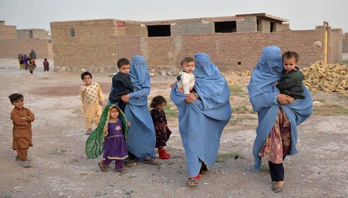 (Herat, Afghanistan) Members of an internally displaced Afghan family who left their home during the ongoing conflict between Taliban and Afghan security forces arrive in the Emil district of Herat from Qala-i-Naw. (Photograph: AFP)