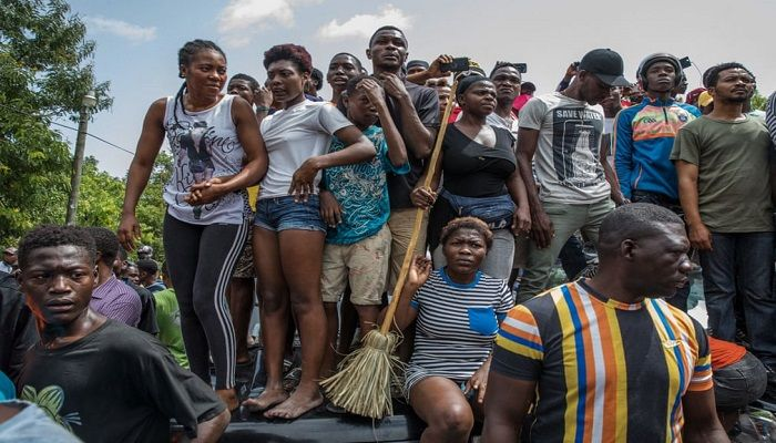 (Port-au-Prince, Haiti) A crowd surrounds the Pétion-Ville police station where armed men, accused of being involved in the assassination of President Jovenel Moïse, are being held. (Photograph: AFP)
