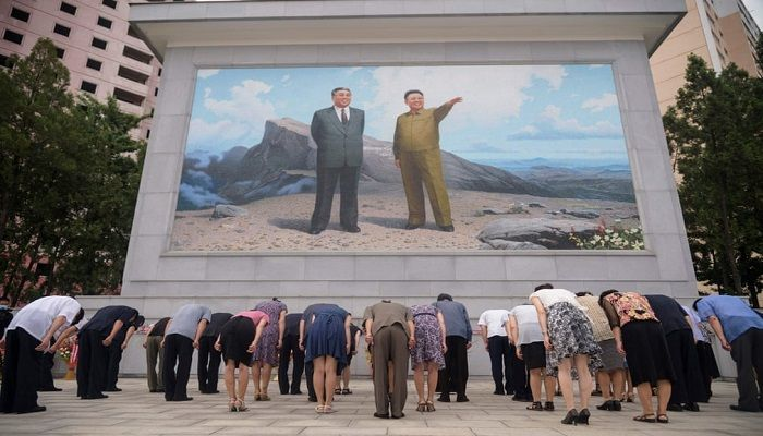 (Pyongyang, North Korea) People bow before a mosaic of late North Korean leaders Kim Il-sung and Kim Jong-il in the Taedonggang district of Pyongyang on the 27th anniversary of the death of Kim Il-sung. (Photograph: AFP)