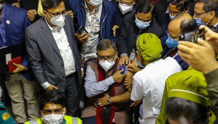 The Health Minister Zahid Maleque was taking Covid-19 vaccine. (Photo: Collected)