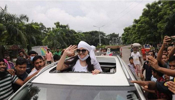 This hand-waving of Pori Moni was for the fans. She was released from Kashimpur Central Women's Jail in Gazipur on Wednesday morning.-Star Mail