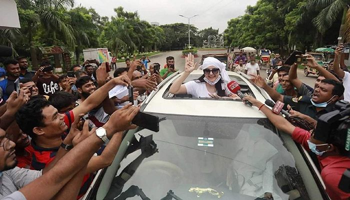 On her way back to Dhaka on Wednesday morning after being released from the Kashimpur Central Women's Jail in Gazipur, Pori Moni took a selfie with her head out of the sunroof of her car. - Star Mail