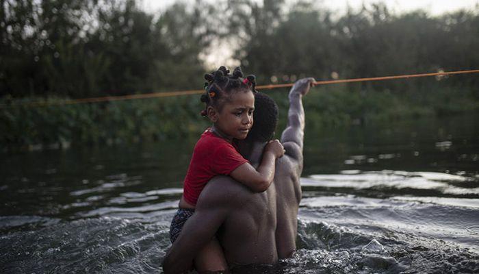 (Del Rio, Texas, US) Haitian migrants wade across the Rio Grande to return to Ciudad Acuña, Mexico, to avoid deportation back to Haiti || Photograph: Félix Márquez/AP