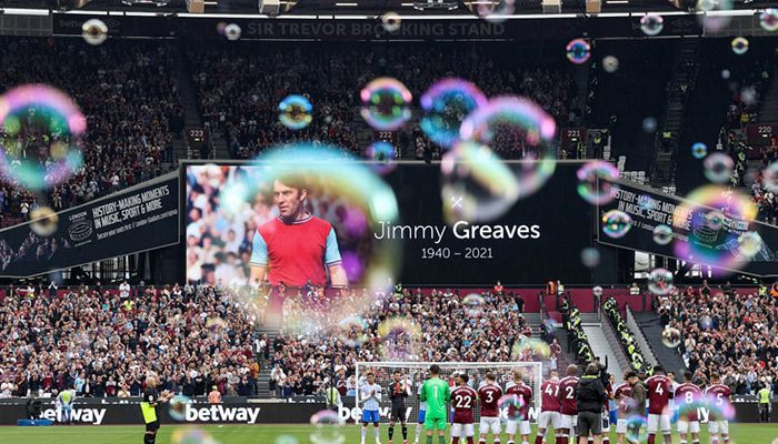 (London, England) Bubbles float around the London Stadium as players and fans pay tribute to England international footballer Jimmy Greaves, who passed away earlier that day || Photograph: Charlotte Wilson/Offside/Getty